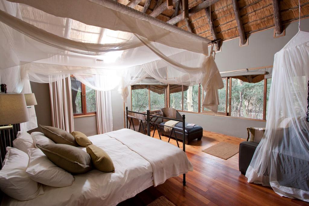 Agence de voyages basée en Afrique. Circuits et Safaris en Afrique. Loges pour les familles et les couples. Hluhluwe_Tree Lodge1.jpg
