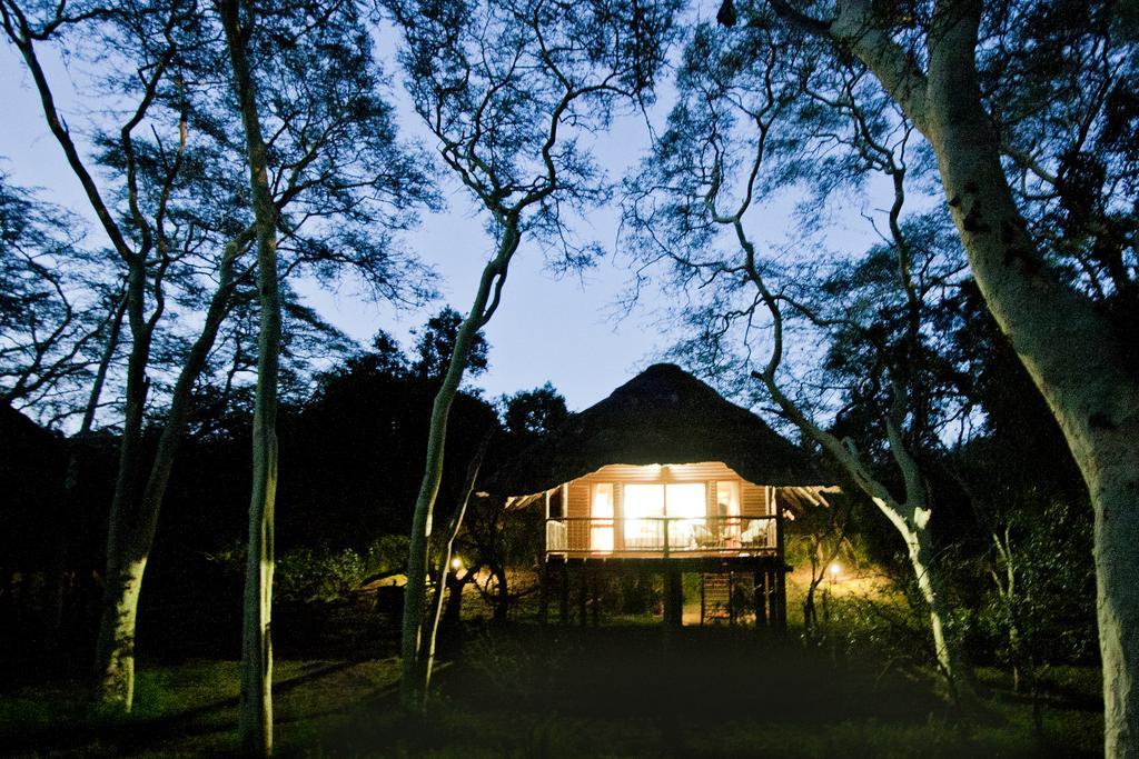 Agence de voyages basée en Afrique. Circuits et Safaris en Afrique. Loges pour les familles et les couples. Hluhluwe_Tree Lodge4.jpg