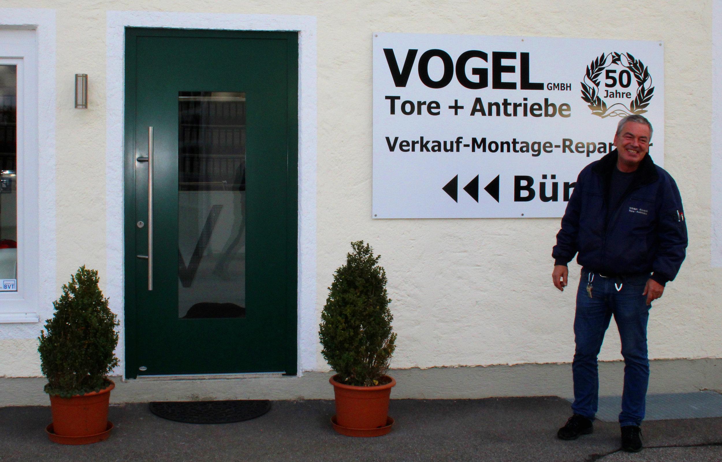 Kurt Vogel vor dem Firmensitz in Sauerlach