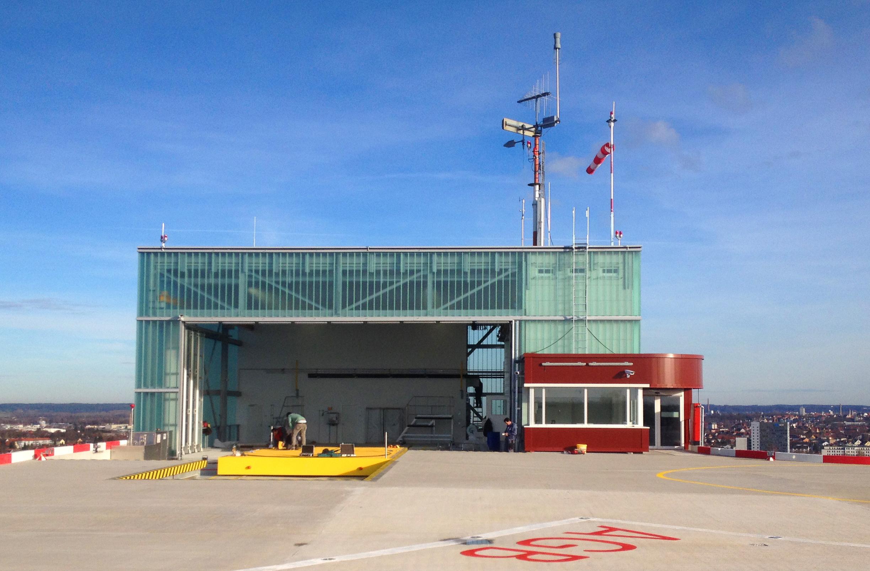 Hangergebäude und Schlitten für den Transport eines Hubschraubers