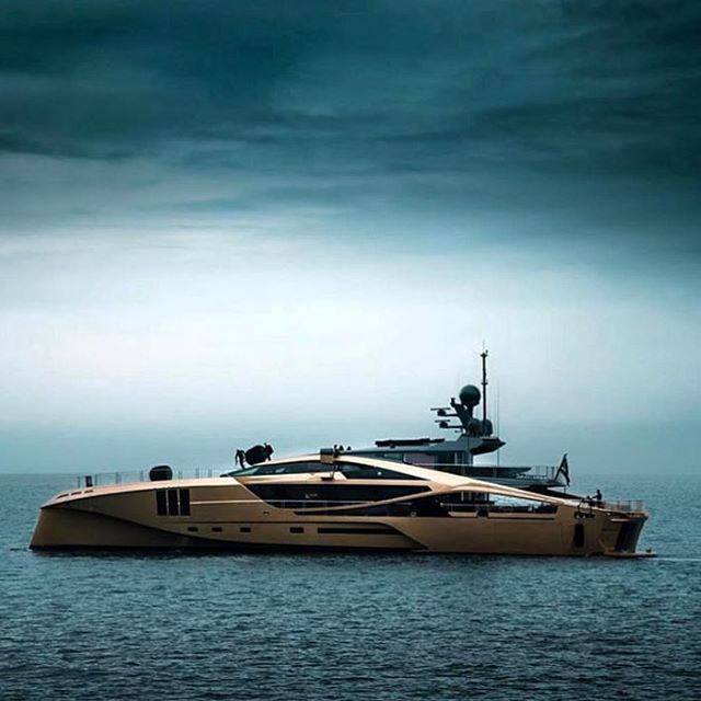 What a photo...what a boat @my.khalilah @atropatesis  #superyacht #yacht #luxury #gold #luxurylifestyle #yachting