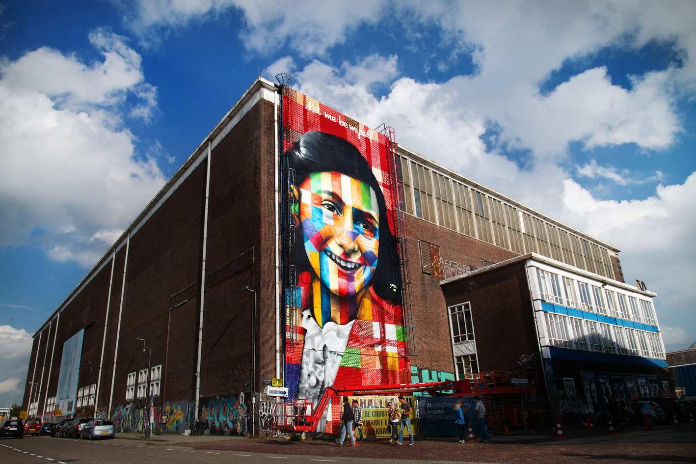 Street Art Todayn rakenteilla oleva urbaanin taiteen museo Amsterdamissa. Kuvassa Eduardo Kobran työ jättimäisen telakkahallin kyljessä.