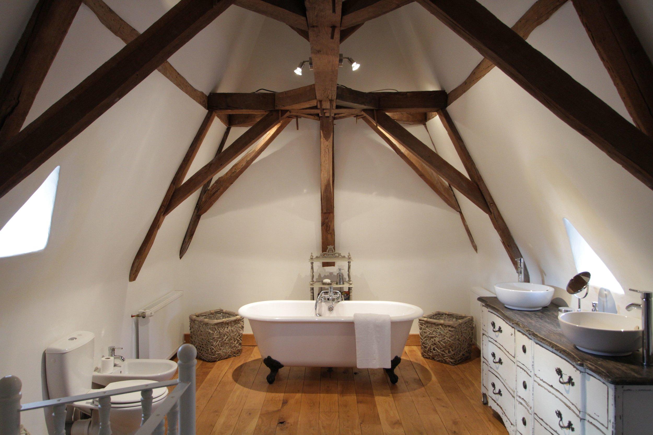 Chateau Master Bedroom Ensuite Bathroom.jpg