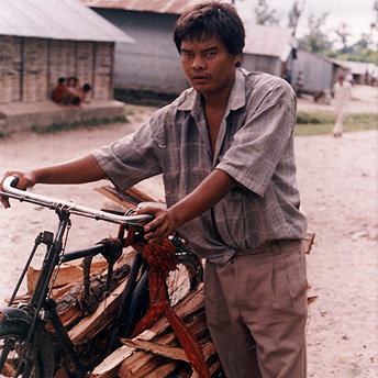 A man brings wood to sell in camp.    Til Maya / PhotoVoice / LWF