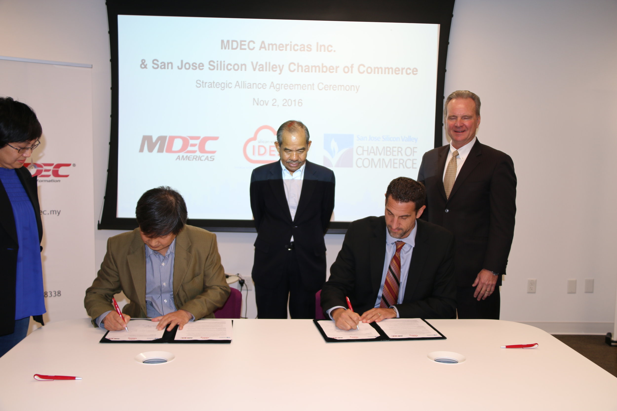 Dan E Khoo, president  MDEC AMERICAS, and  Matthew Mahood, president & ceo san jose silicon valley chamber of commerce, sign a partnership as part of the chamber' regional development program silicon valley  IDEA .