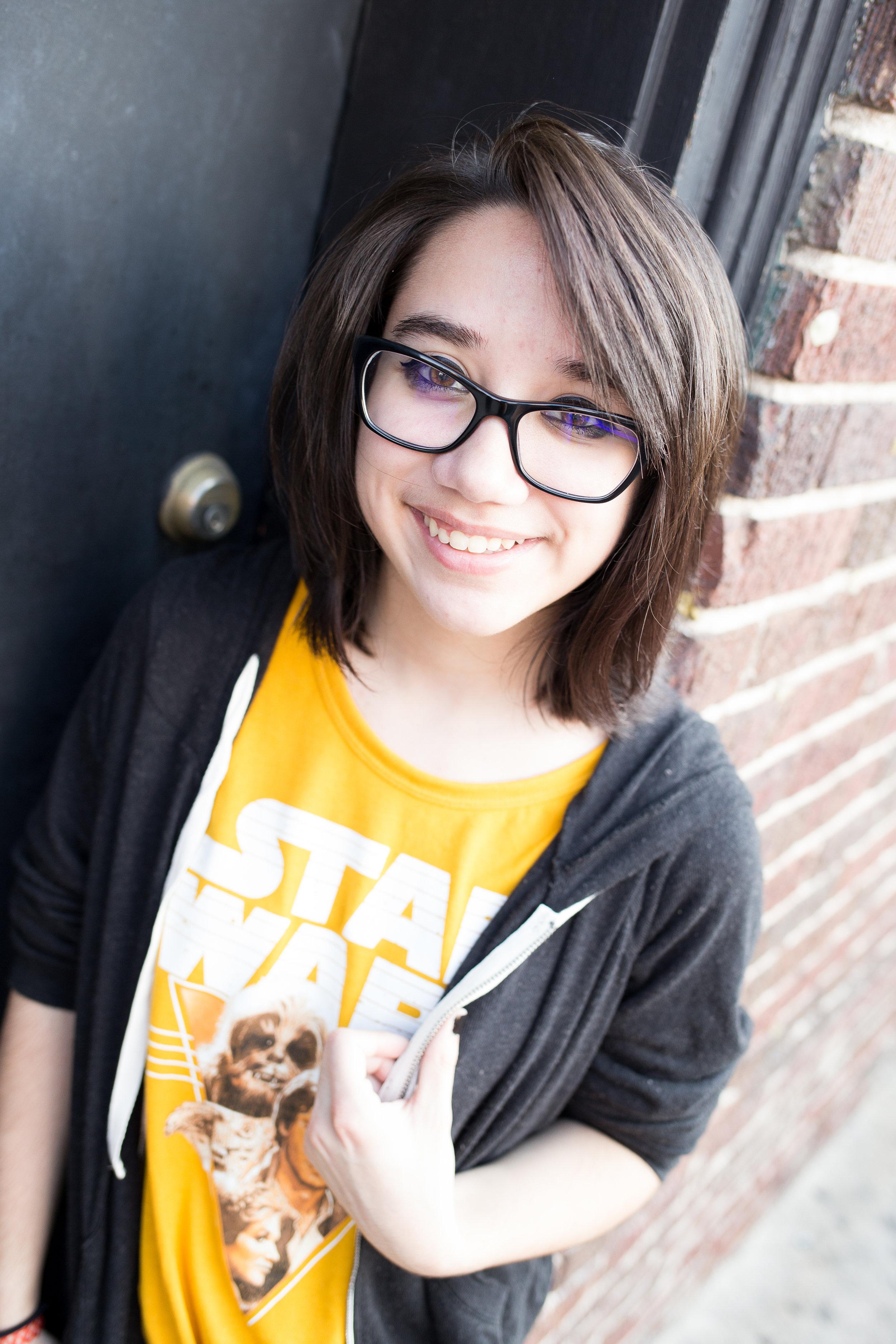 Colorado Springs Senior Photography | Colorado Springs Senior Photographer | Girl yellow shirt smiling at camera for senior portraits | Stacy Carosa Photography