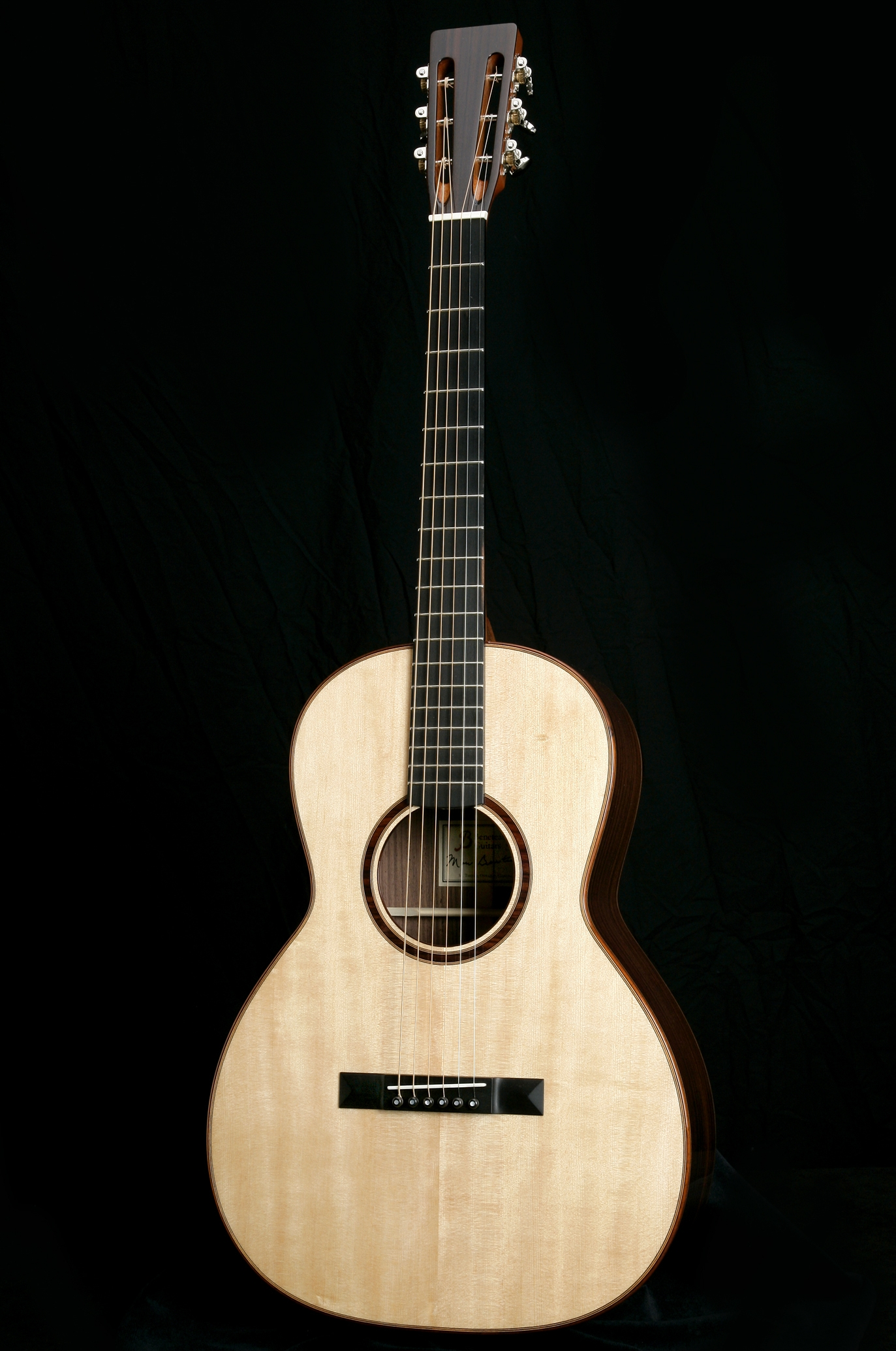 '00' 12 Fret - Dimensionally, the 00 is approximately the same dimensions as a classical guitar. The compact size makes it a very comfortable instrument to play while still providing surprising tone and volume.DimensionsUpper Bout: 9 7/8