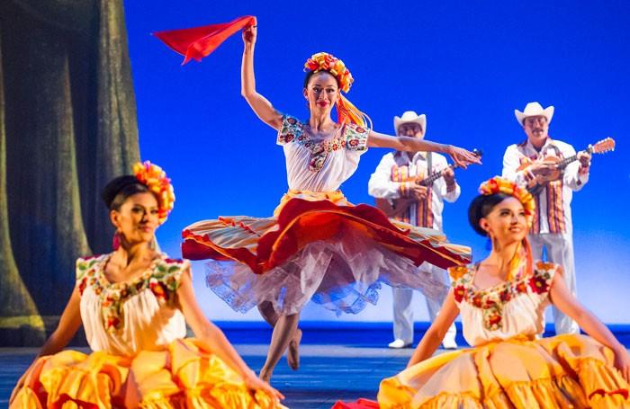 web-Ballet-Folklorico-De-Mexico-Coliseum-215-700x455.jpg