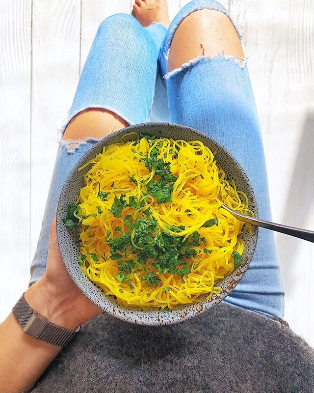Obsessed with @lonijane 's Healthy Turmeric 2min Noodles right now, so delicious!! 💛. If your craving noodles but don't wanna do the yucky chemical packet ones these are a perfect healthy sub. It's just vermicelli rice noodles #glutenfree cooked in veggie stock with turmeric powder and parsley. 🍜👌🏼🍃 #delicious #2minutenoodles #healthynoodles #antiinflamatory #turmeric #ricenoodles #lunch #vegan #noodles