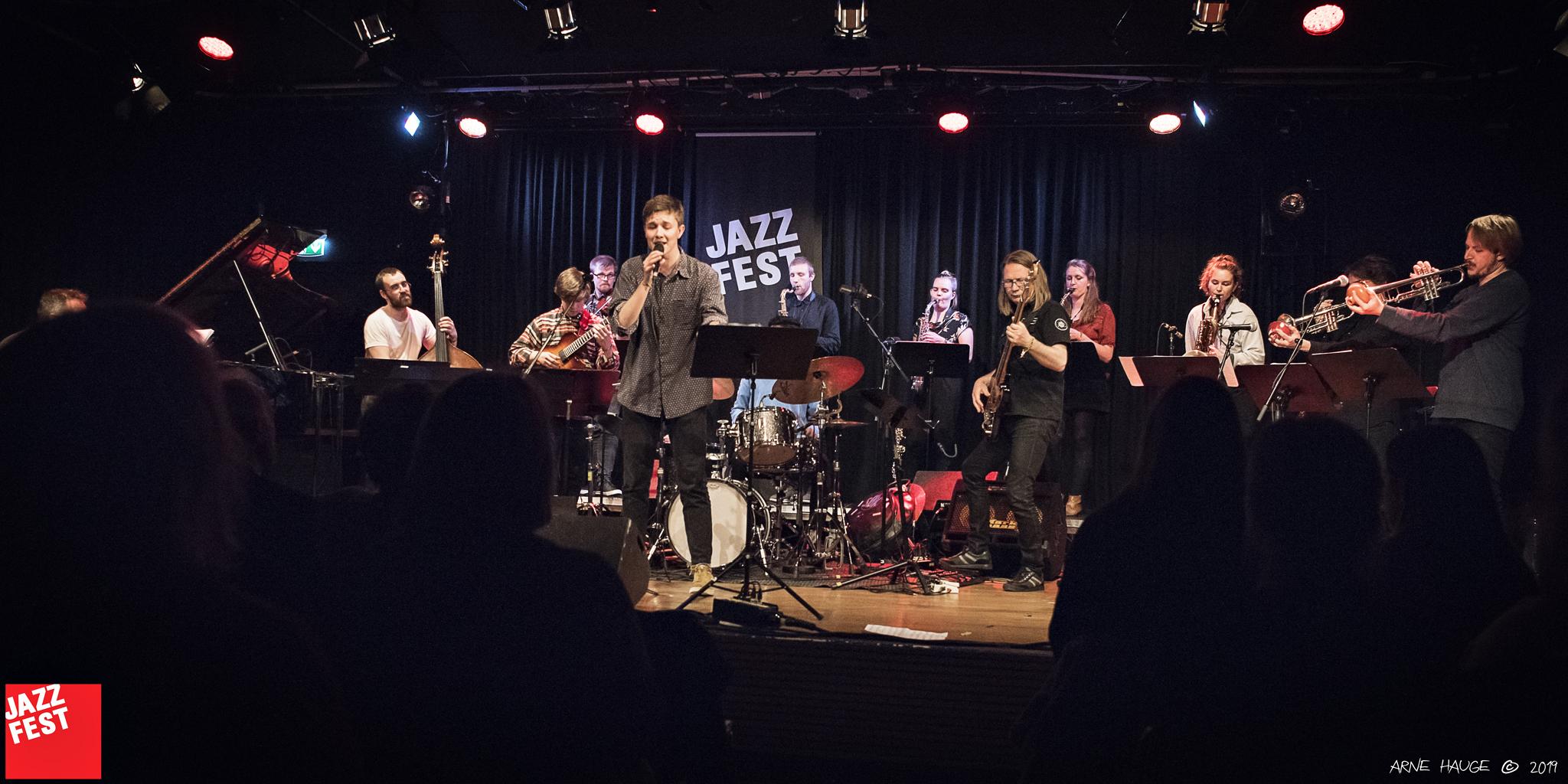 NTNU JazzEnsemble under ledelse av ERlend Skomsvoll på NTNU Jazzlinjas festkonsert på Dokkhuset. Foto: Arne Hauge