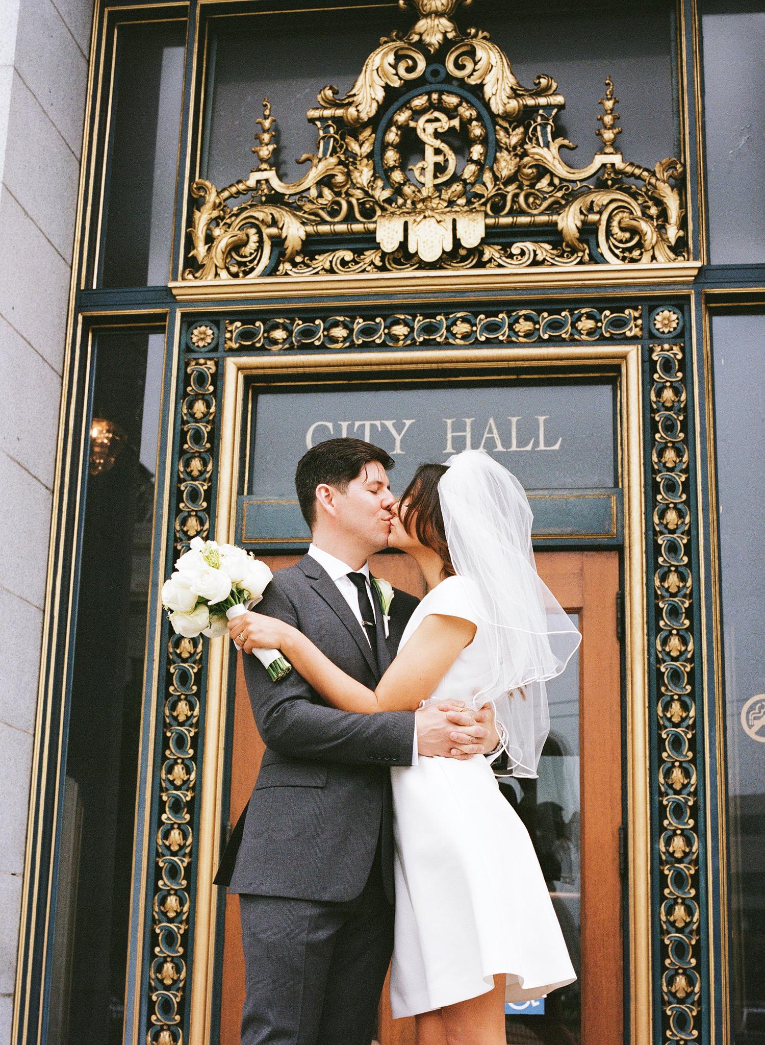 28-city-hall-wedding-sf.jpg
