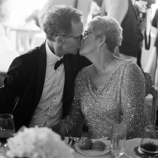 44-parents-kiss-wedding.jpg