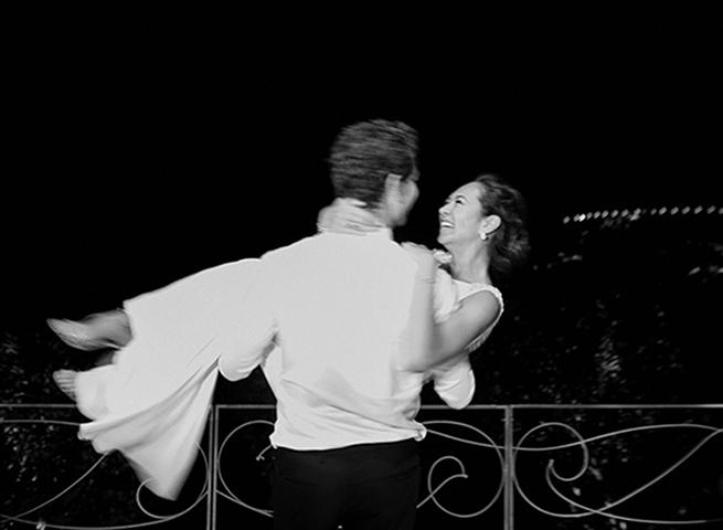 48-groom-carries-bride-dancing.jpg