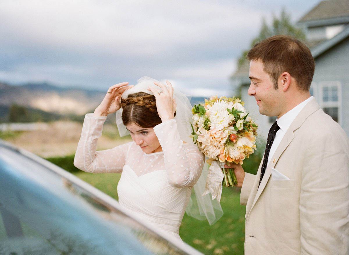 21-bride-looks-mirror.jpg
