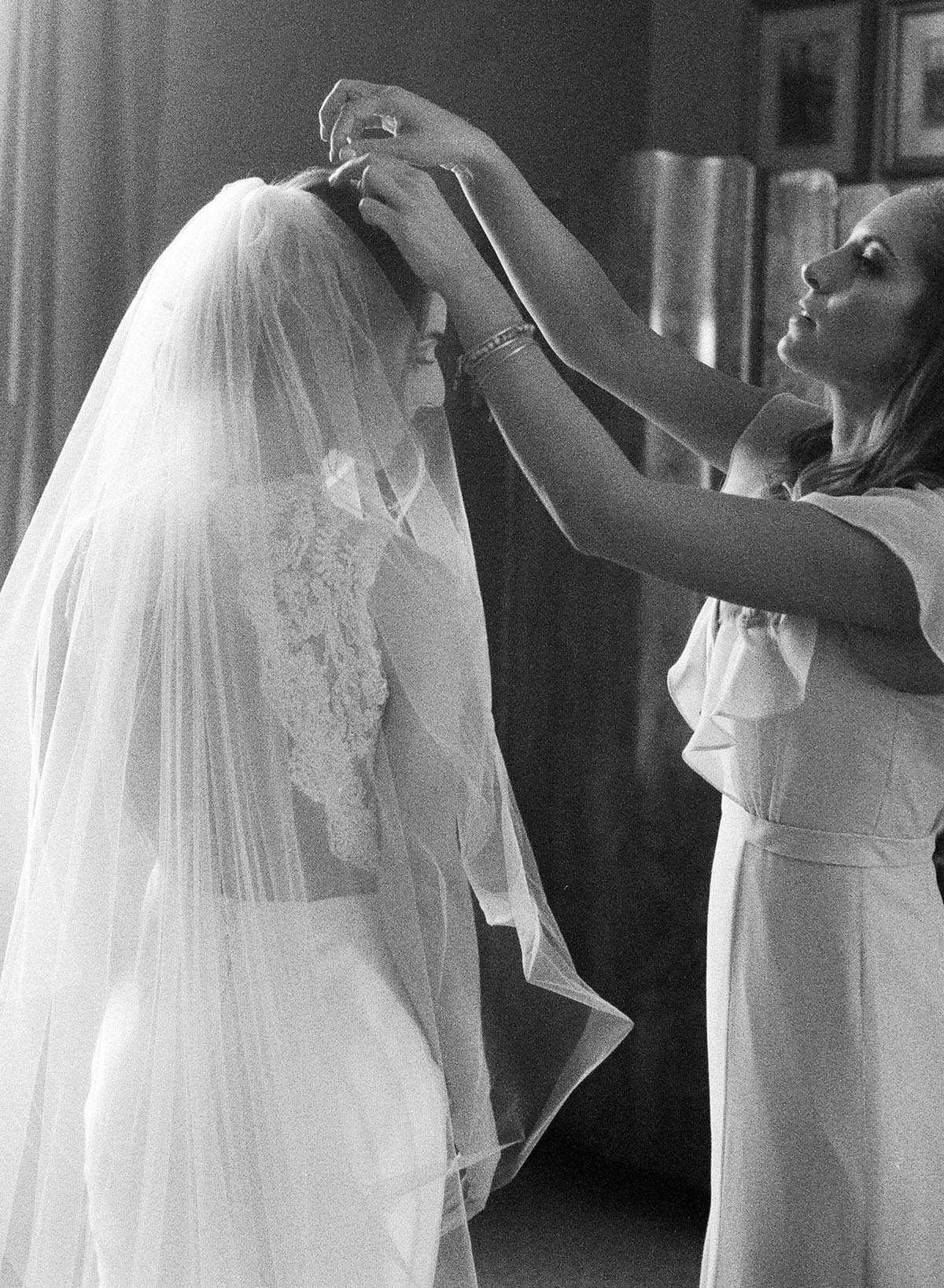 5-bride-veil-getting-ready.jpg