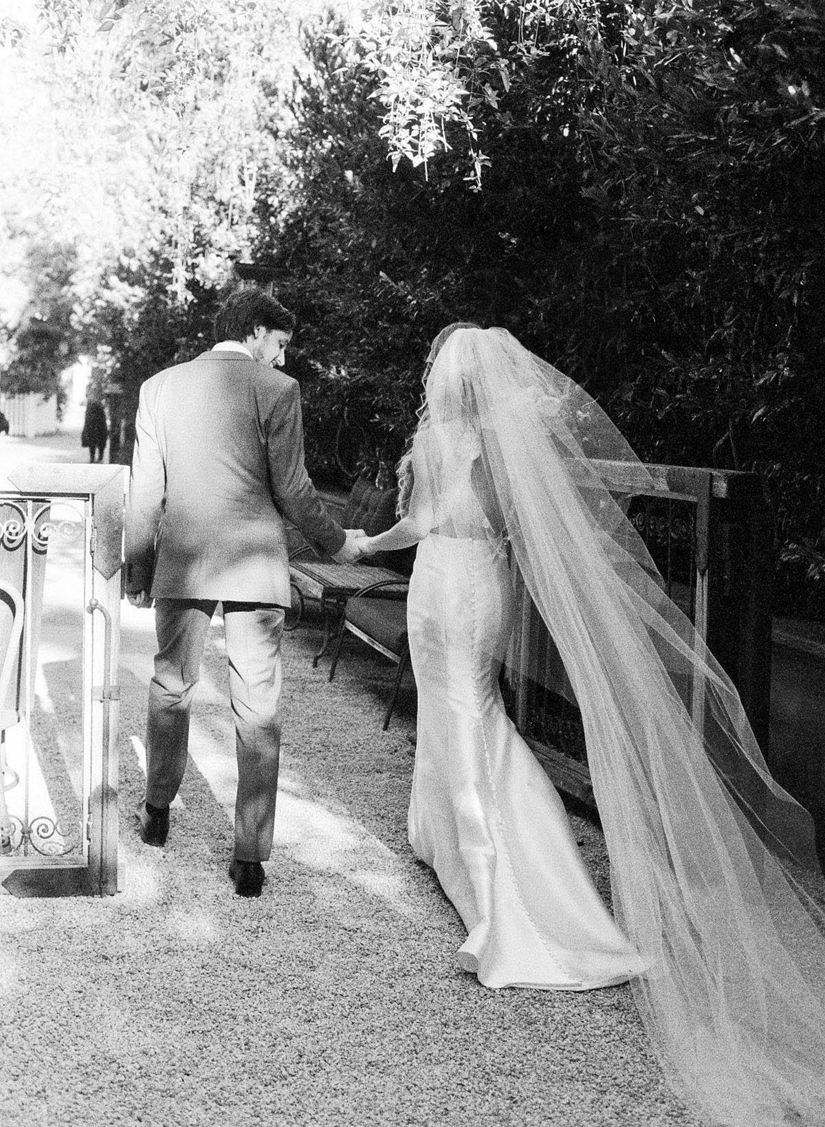22-bride-veil-wind.jpg