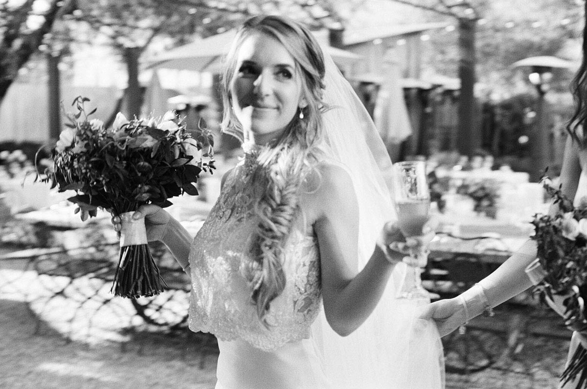 26-bride-champagne.jpg