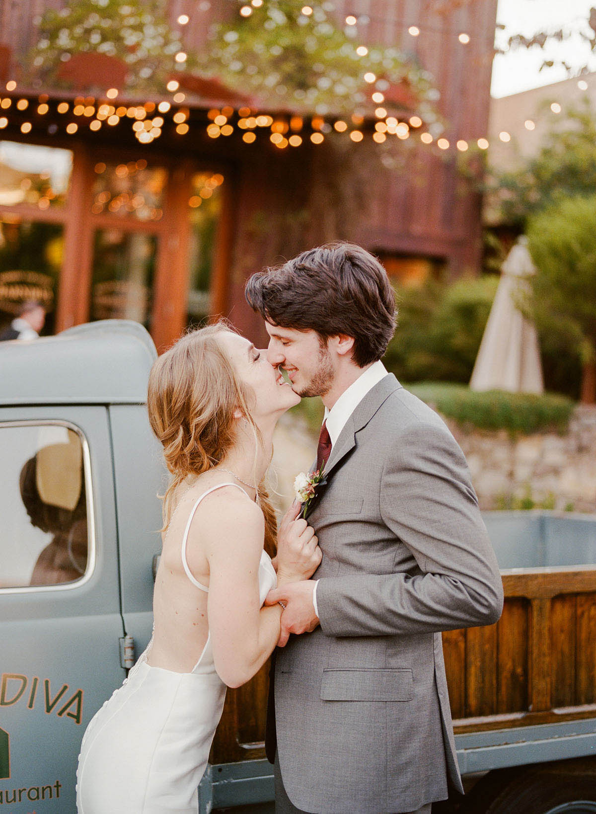 37-bride-groom-kiss-vintage-car.jpg