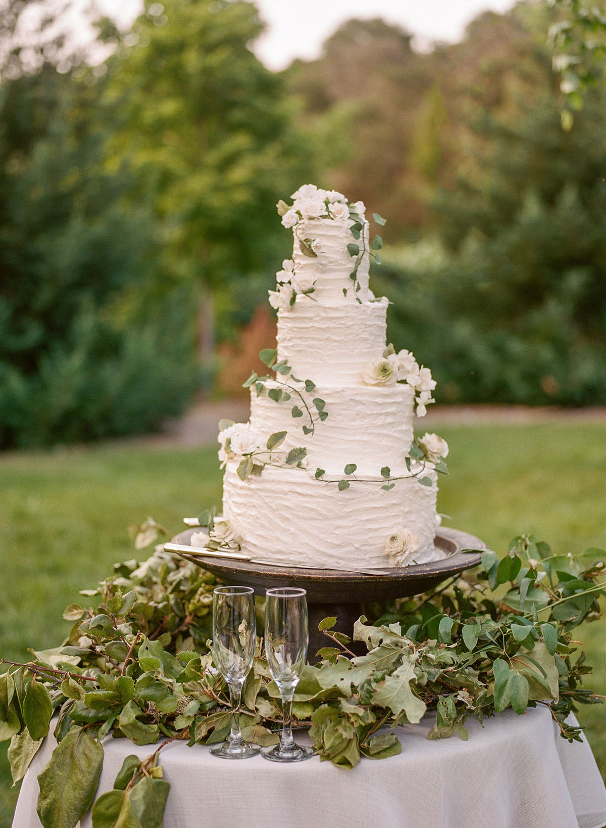 33-rustic-wedding-cake-greenery.jpg