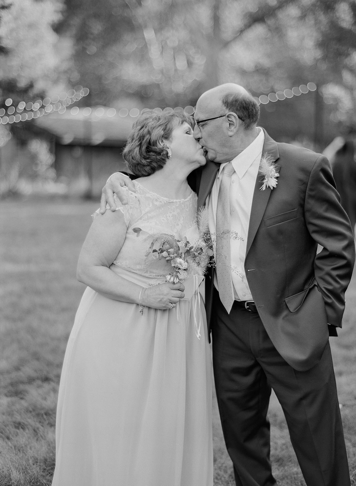 47-parents-kiss-wedding.jpg