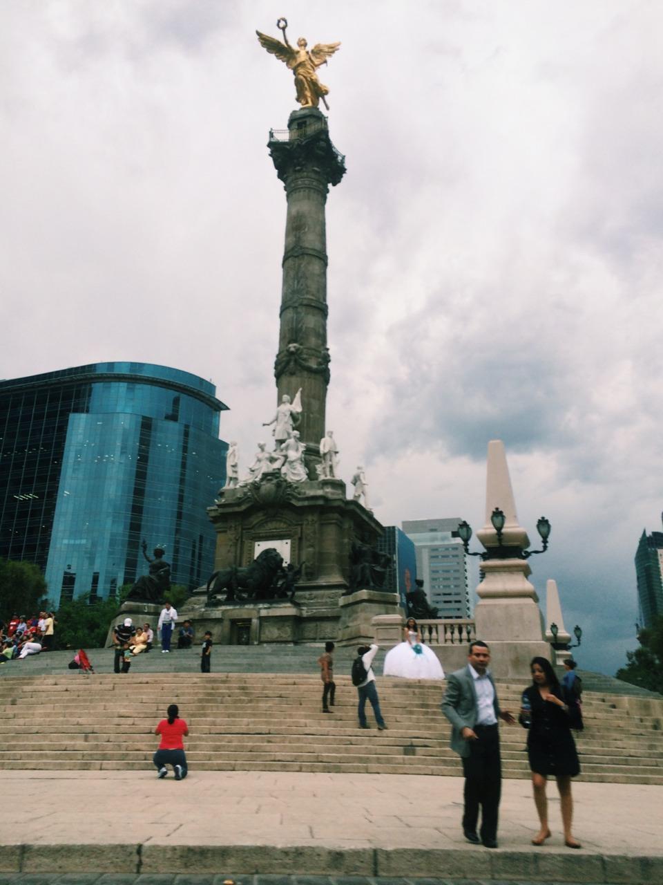 A quinceñera gets her picture taken. I front of El Angel del Indenpidencia.