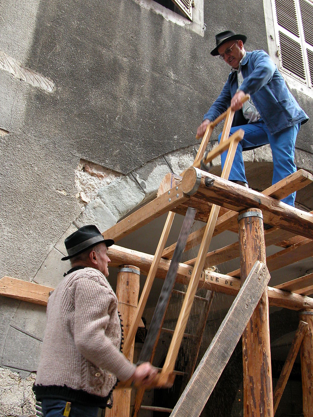 Two men ripping a log using an Andre Roubo style frame saw. (www.wikipedia.org)