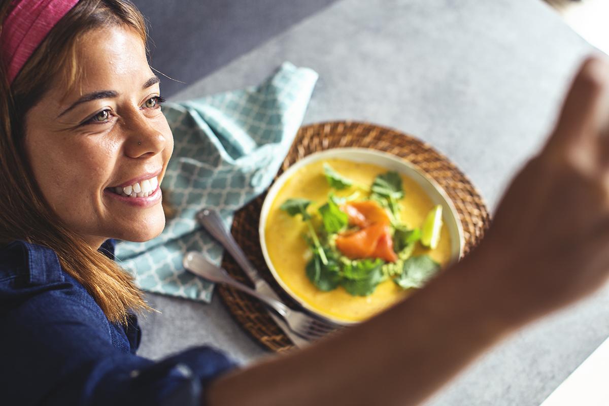 Receita rápida e saudável de crepe de tapioca com pêra-abacate e salmão fumado
