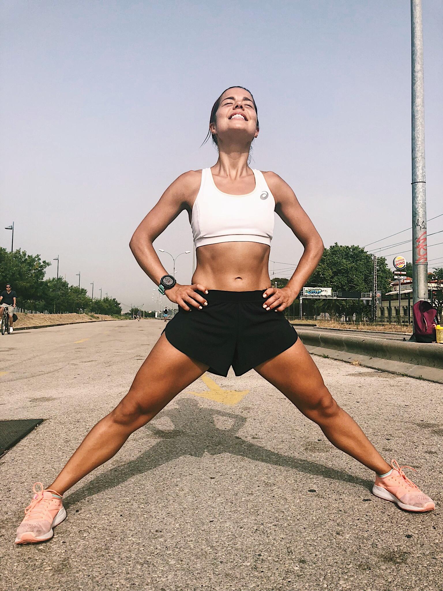 Alongamento para músculos adutores. Atenção ao excesso de abertura dos membros inferiores, de maneira a evitar distensões e roturas musculares. -