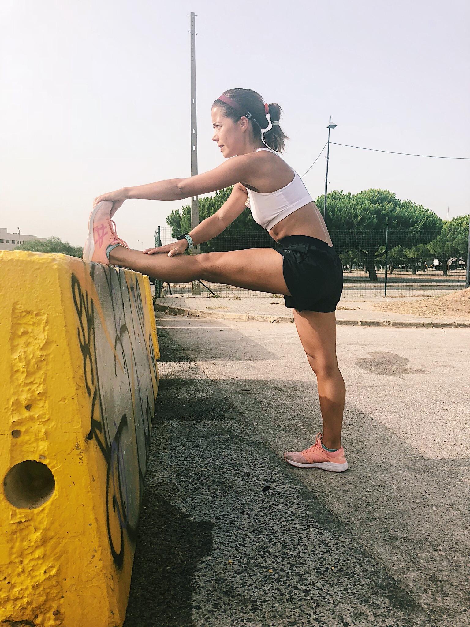 Alongamento de isquiotibiais e bicípite femoral. O objetivo é promover a extensão máxima do joelho sem provocar dor desconfortável. Se tiver flexibilidade suficiente, procure agarrar a ponta do pé para também alongar os gémeos. -