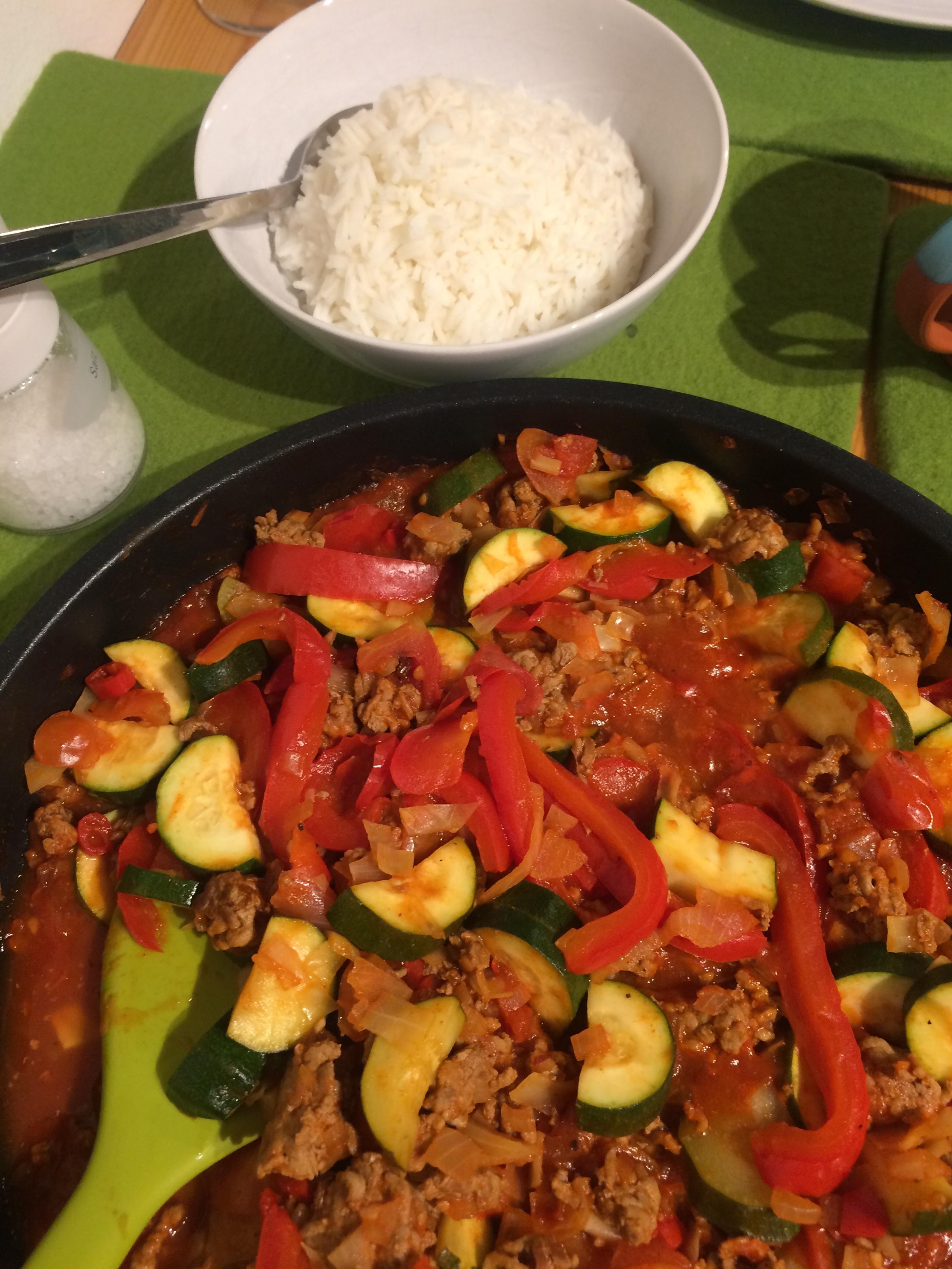 Kochen frei nach Phantasie: Geröstetes Faschiertes, mit Paprika, Tomaten, Zwiebel, Knoblauch und wieder mal Chilli (ich liebe Capsaicin). Für mich gibt es dieses Gericht so wie es ist (mit etwas Joghurt), für meinen Kohlenhydratesser-Gast mit einer ordentlichen Portion Reis.