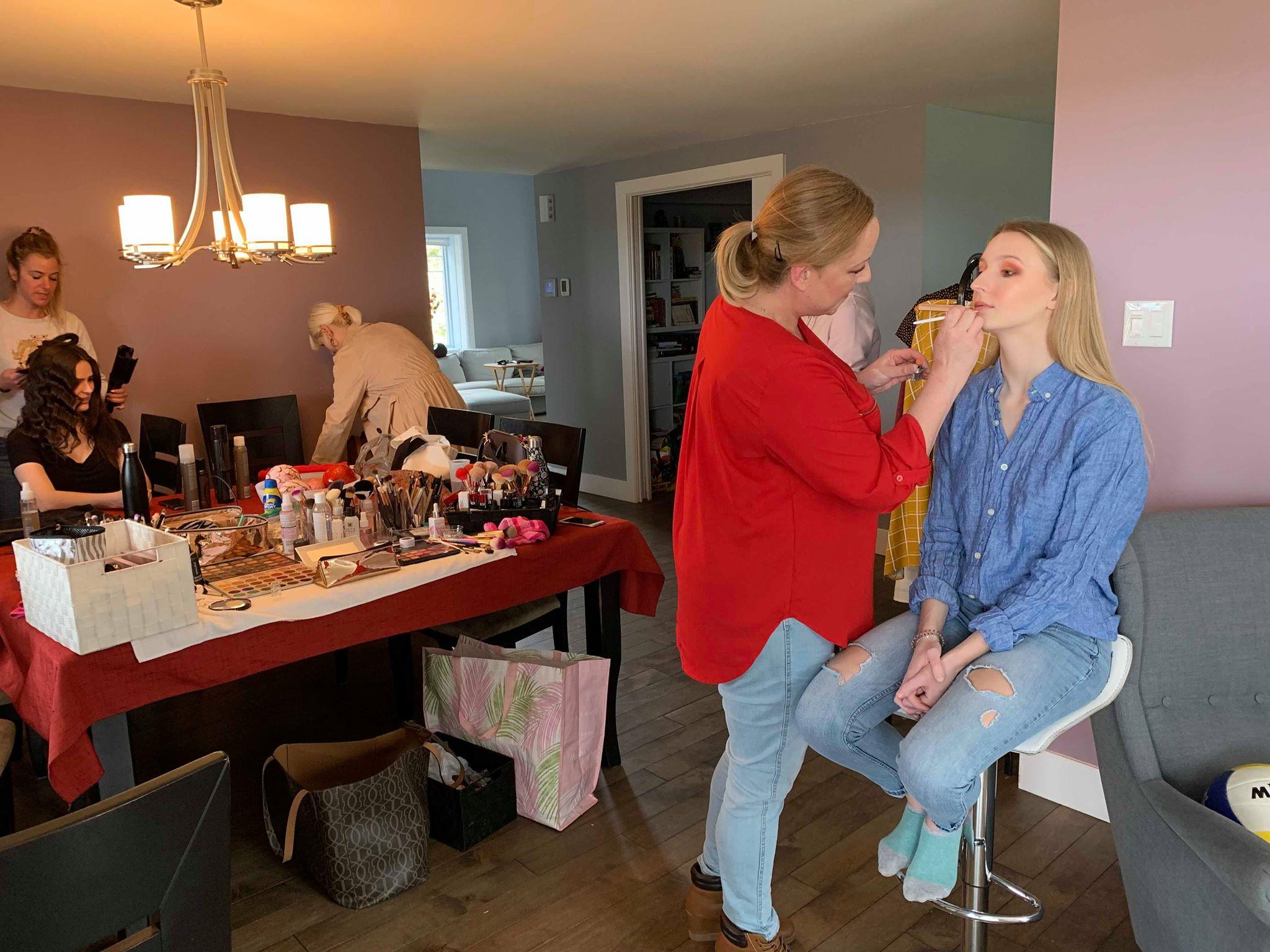 Véronique et Nancy maquillent et coiffent nos deux mannequins, Kim et Alexandrine.