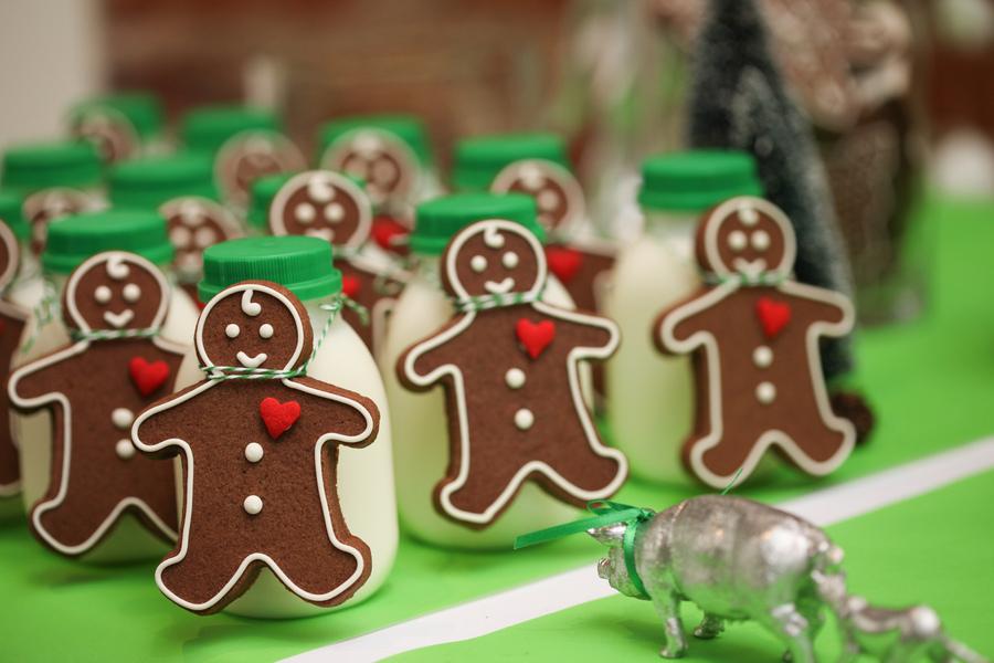 mini milk jugs + mini gingerbread men = yummy yummy