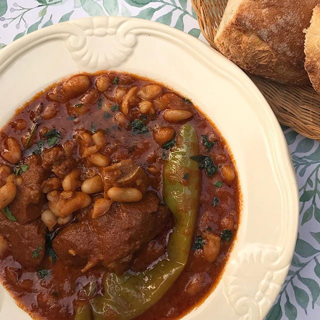 ❄️ 🏈 It's currently snowing in Seattle and Super Bowl time. The closest Tunisian equivalent to chili is this loubia (white bean stew). Recipe coming to the blog soon! . . . . . #SuperBowlSunday #football #biggame #nfl #superbowlfood #Tunisia #Tunisie #tunisianfood #cuisinetunisienne #northafricanfood #loubia #whitebeanstew #stew #baguette #comfortfood #superbowlchili #chili #foodblogger #food #delicious #spicy #getinmybelly #miam #tasty #yum #yummy #lefooding #bonappetit #chehiatayba #wasnow