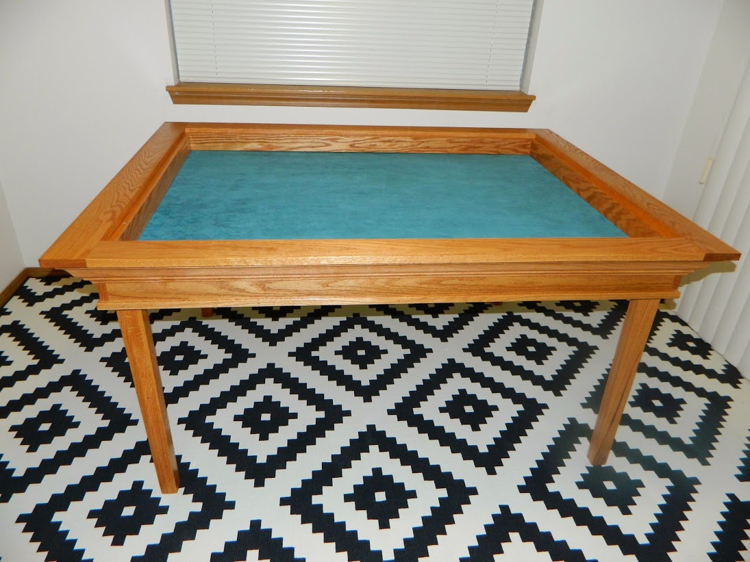 A_Brown_red_oak_gaming_table_002.jpg