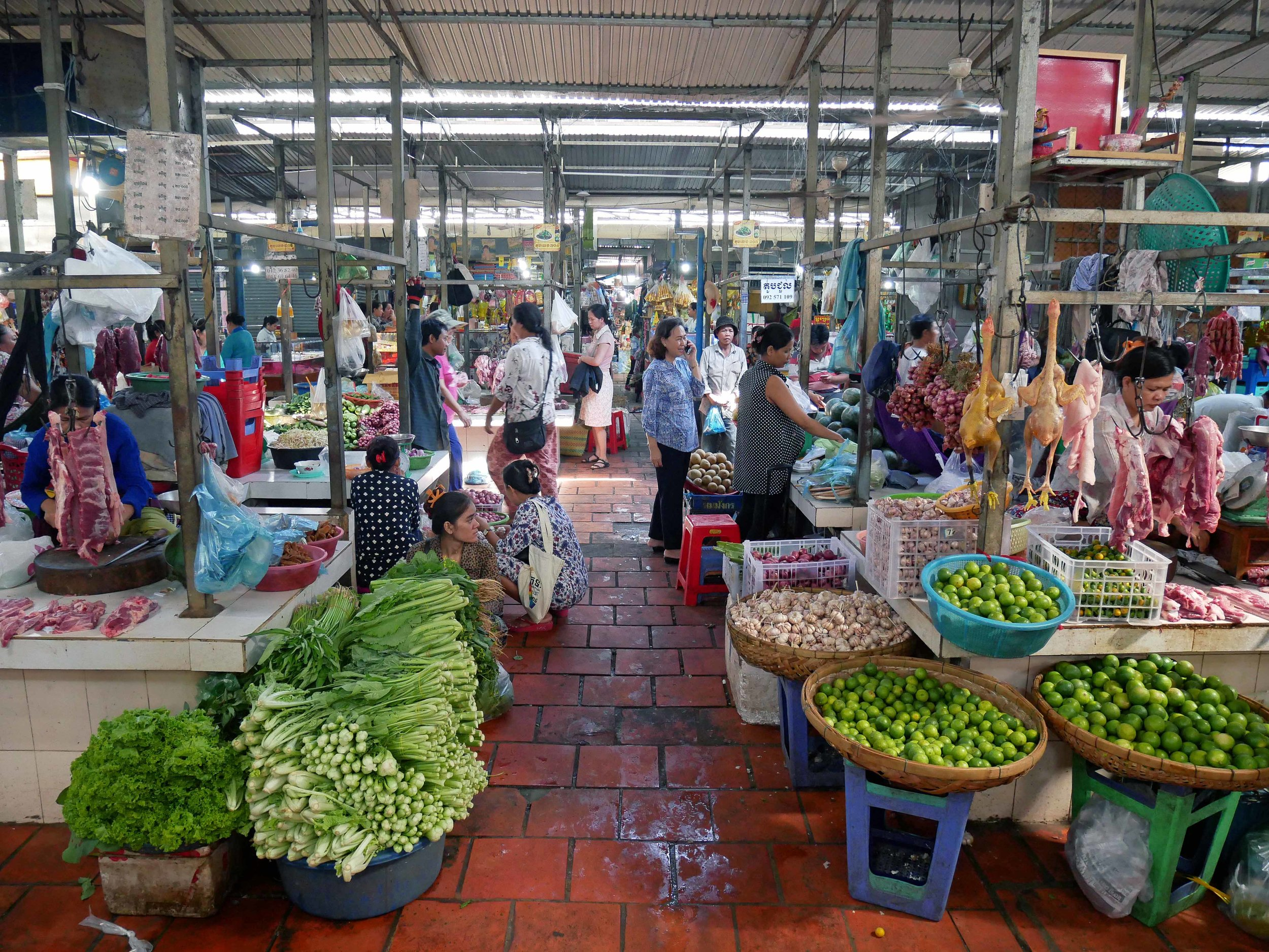 We started our morning with a shopping trip at Boeung Keng Kang Market (March 10).