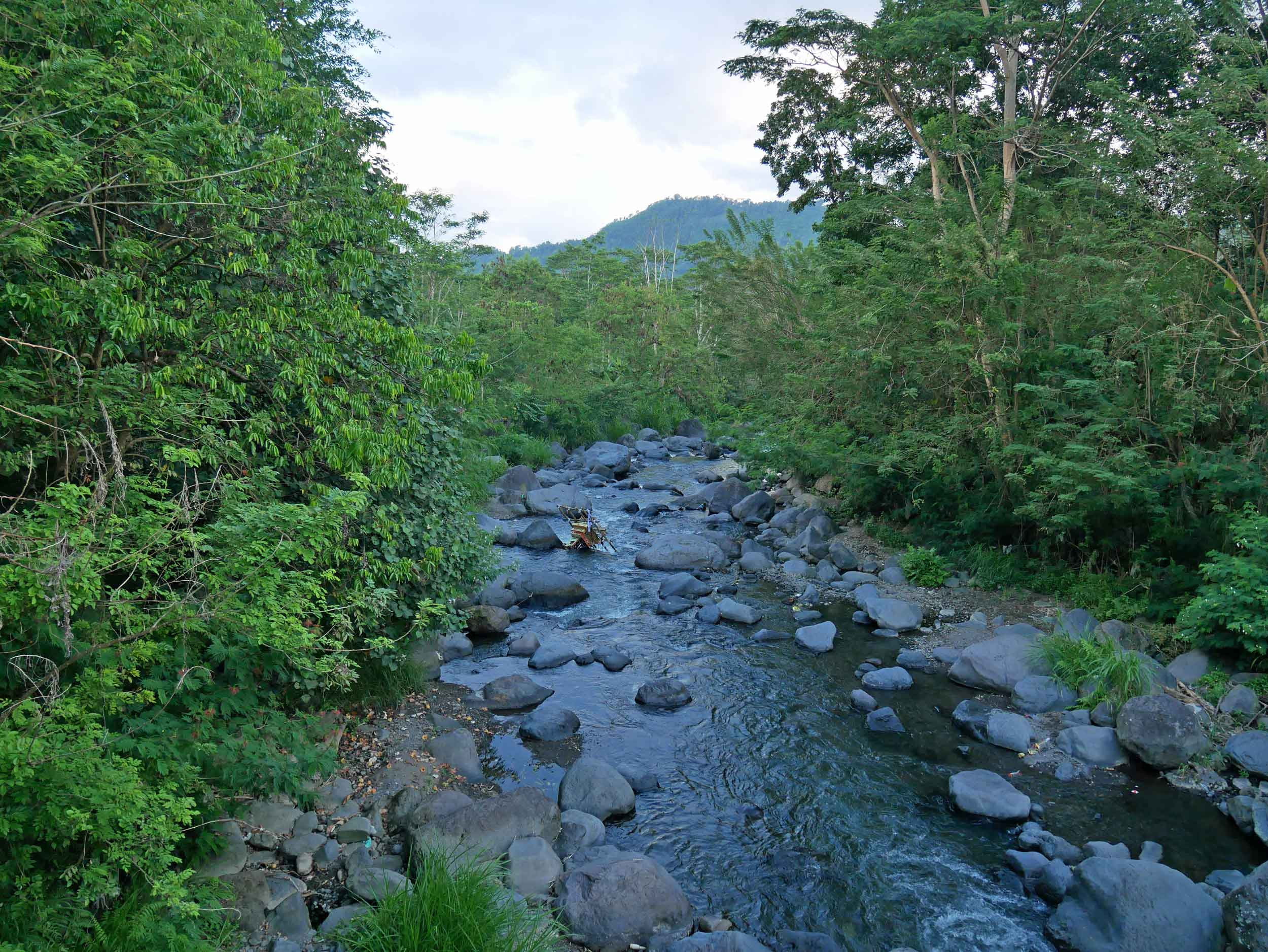 A stroll through the village leads to the Unda River where locals were partaking in their nightly baths.