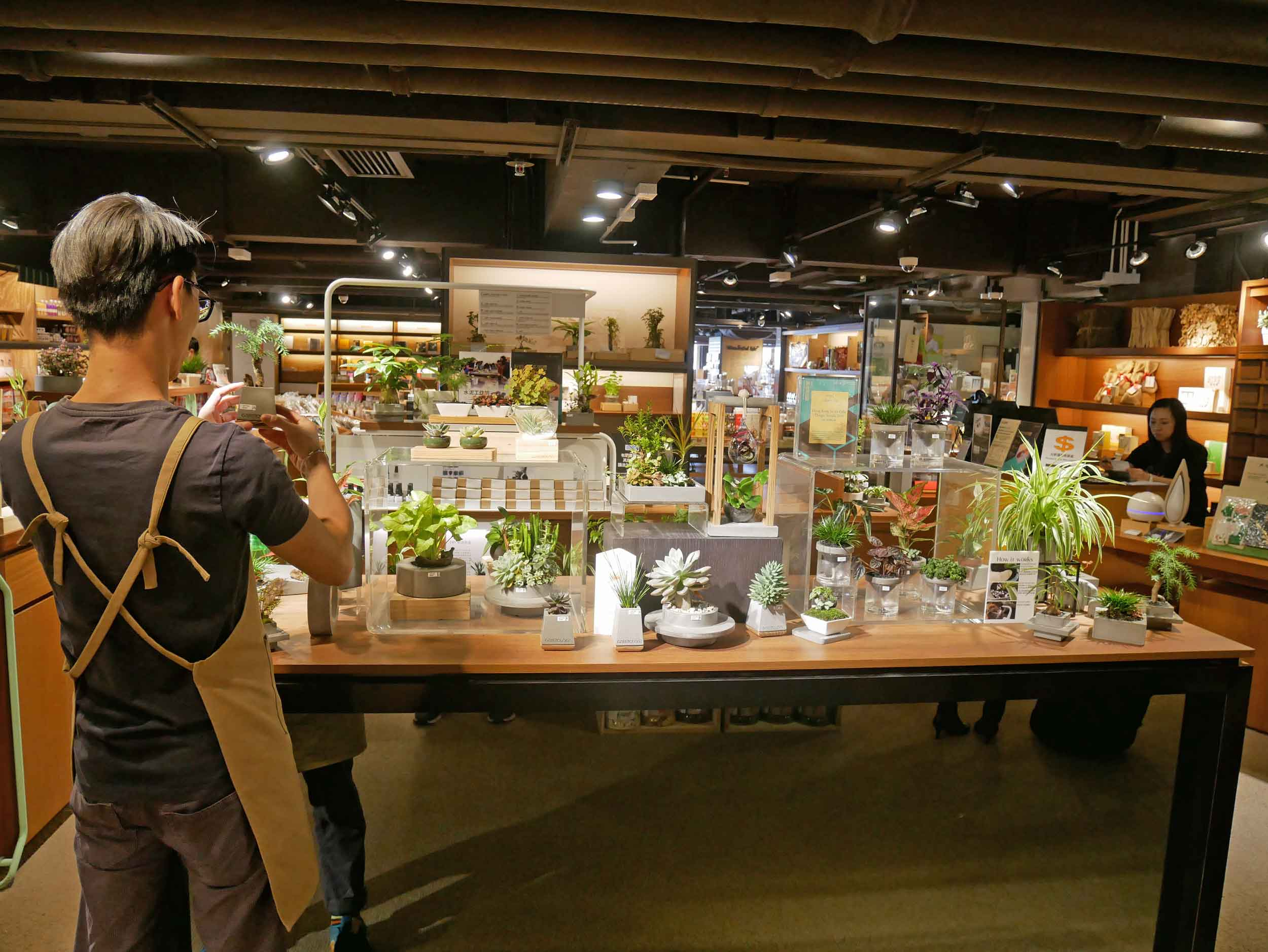 Besides books, Eslite houses a variety of in-store shops, everything from leather goods and stationary to planting supplies and bonsai.