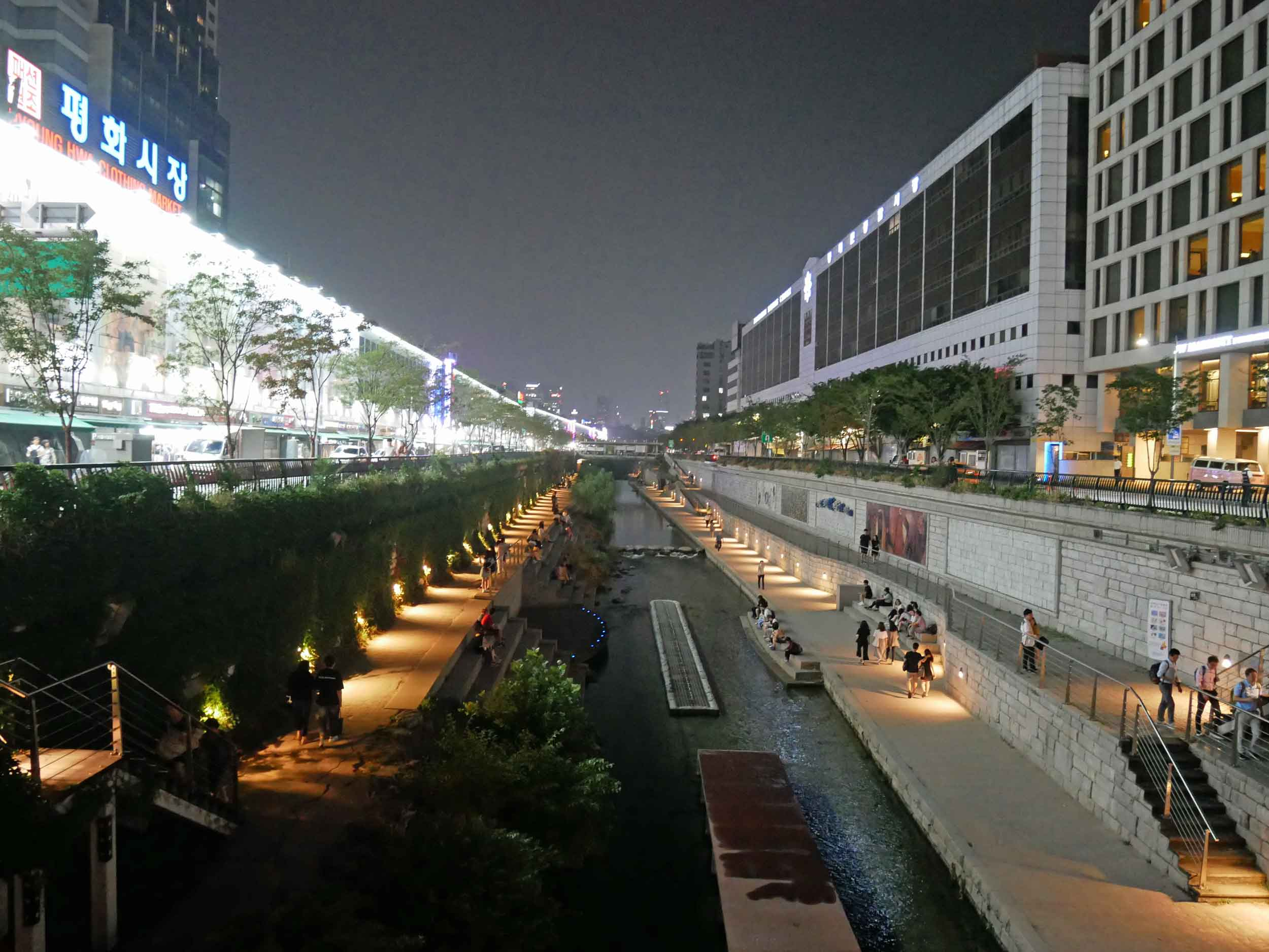 The lovely night attracted other strollers and love birds along the pretty canal that winds through Dongdaemun district.