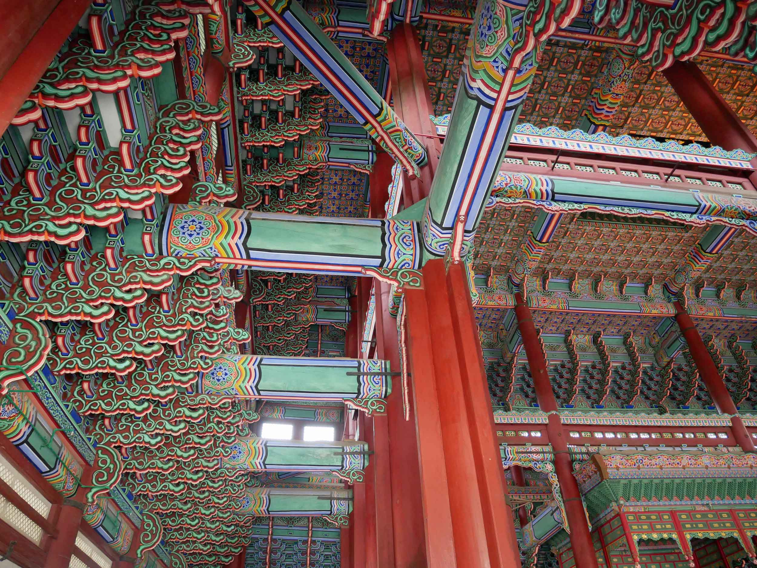 The colorful pillars of the palace halls appeared 3D thanks to sophisticated painting techniques.
