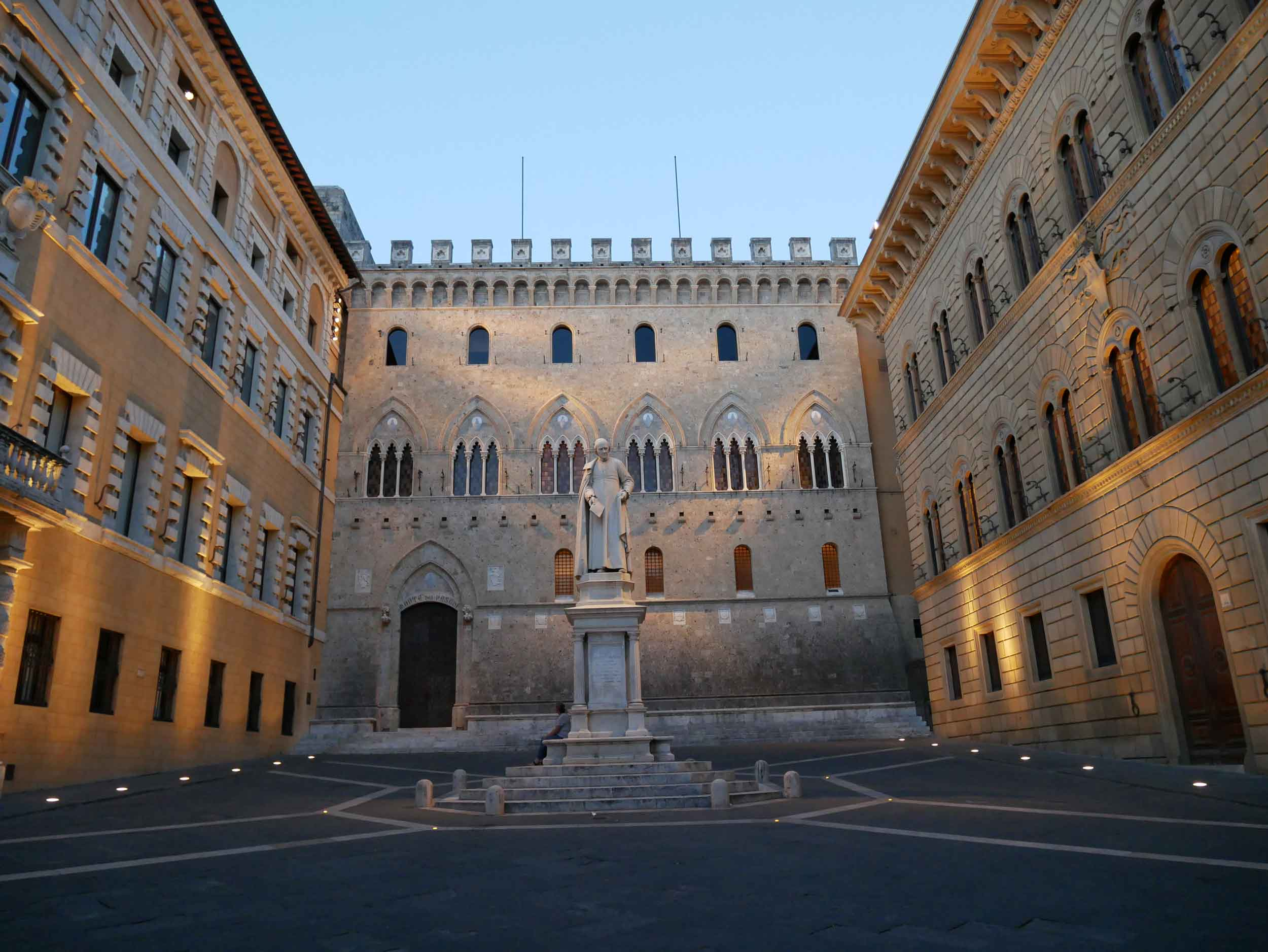 As dusk began to settle, pretty Siena came to life across it's little squares and many statues.