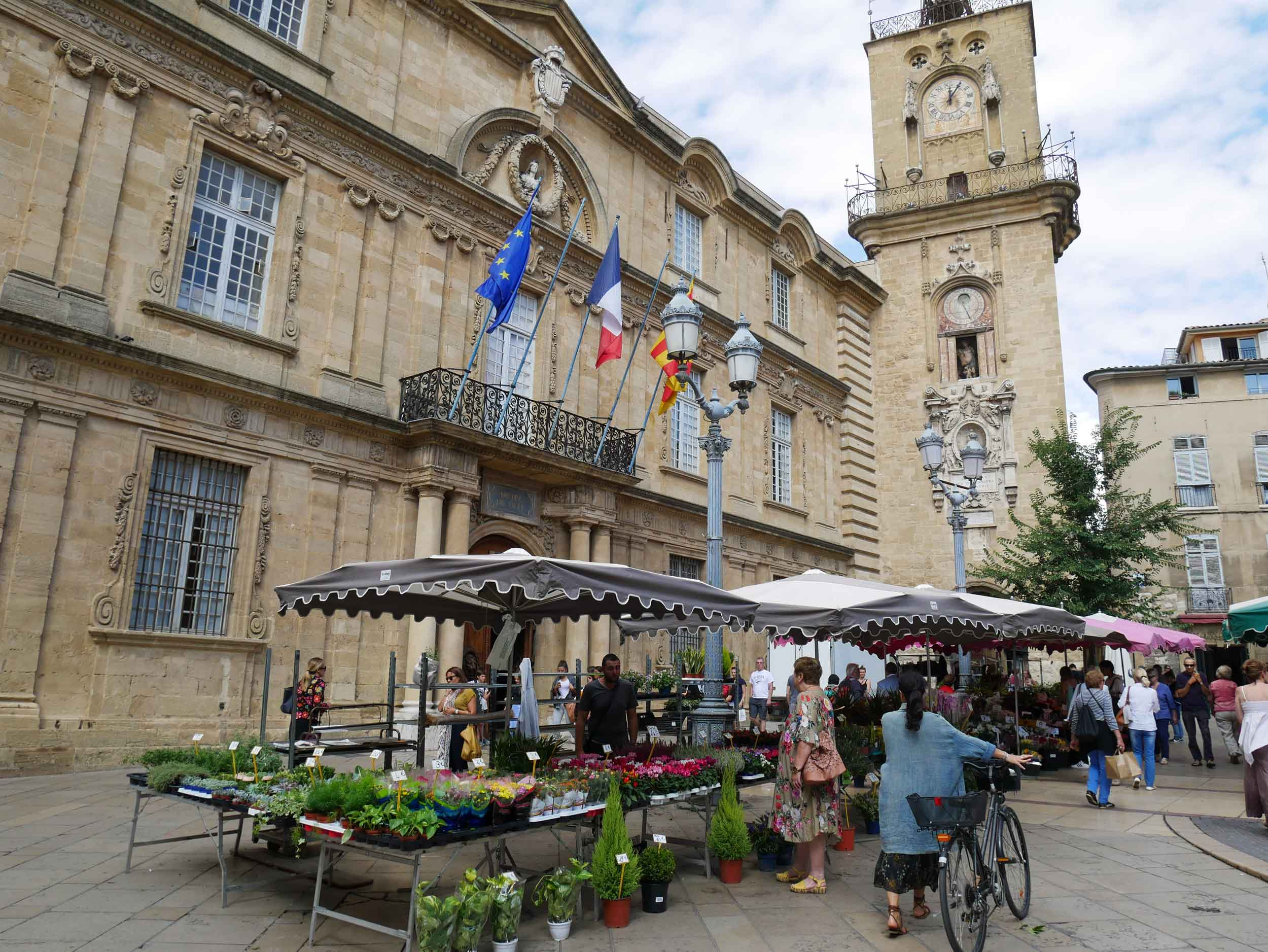 A daily flower market can be found in Aix's l'Hôtel de Ville, with the exception of the first Sunday of each month, when the square is given over to antiquarian and second-hand books – how dreamy!