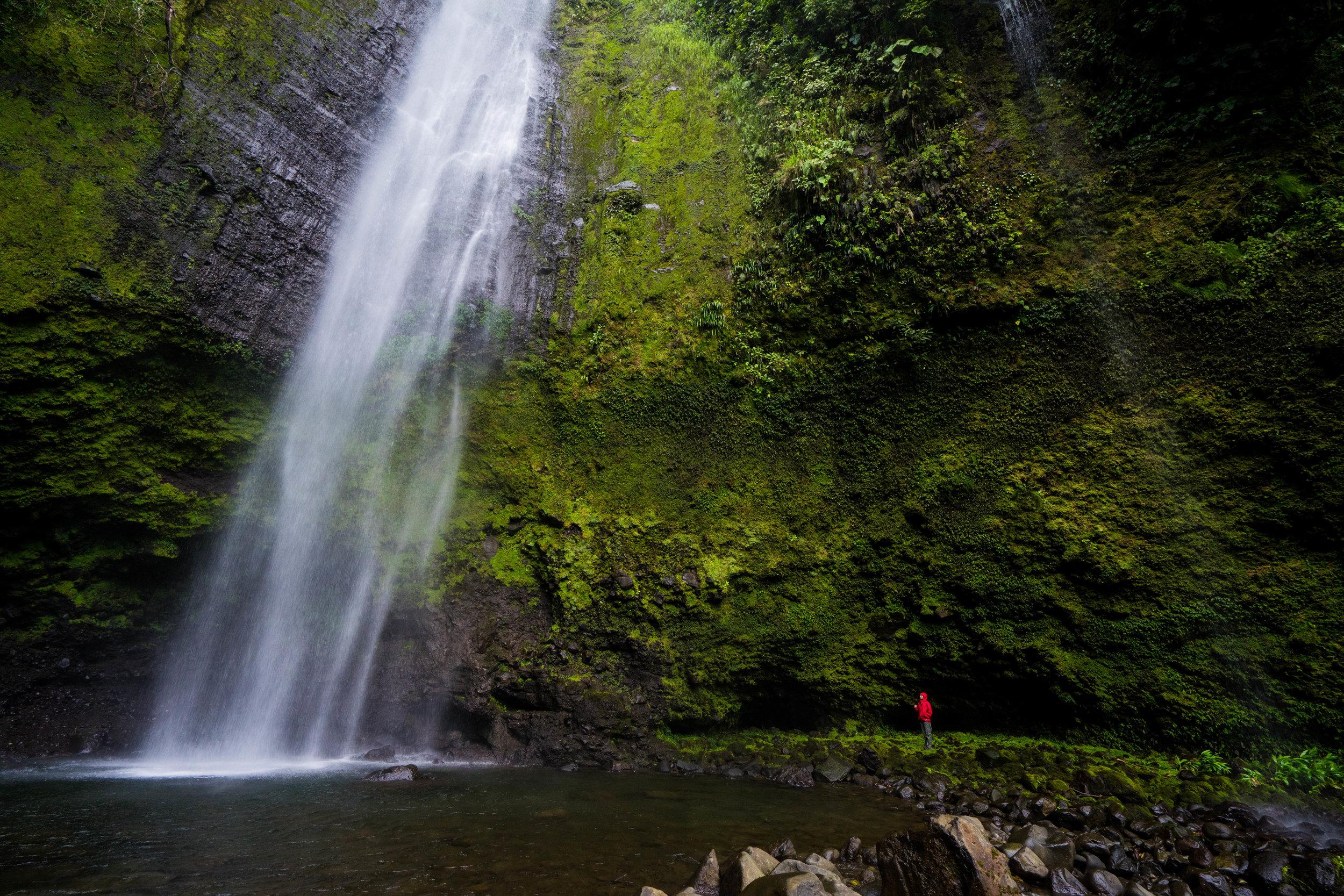Cueva de del costado derecho de la catarata