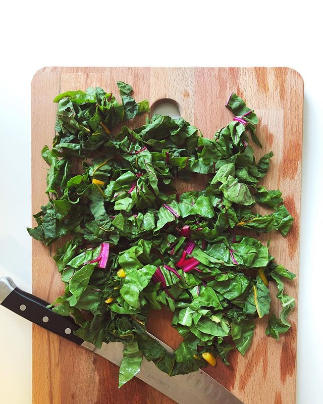 Using up veggies from my CSA 🤗 I love it when veggies look just as good as they taste 💛 Rainbow chard is one of my favorites! I usually rip up my greens, but this one I chop so I can get a bit of texture from their beautiful stems. (The long stem ends I cut up, freeze, and use in smoothies!) 🌿 Chard can be a bit more bitter than a lot of other salad greens so if it's bitter flavor isn't your fav, mix it in with some lettuce or spinach! . Swiss chard is an essential mineral powerhouse! 💪🏼 It is incredible at pulling and moving minerals from the soil and up into its leaves. (Hence it's concentrated levels of minerals such as magnesium, iron, copper, and potassium.) 👉🏼 👉🏼Because Swiss chard is such a rockstar at pulling minerals from soil, it's extra important to buy this one organic! Whatever is in the soil (good or bad) is going to be what's concentrated in the leaves. 🌱🌞