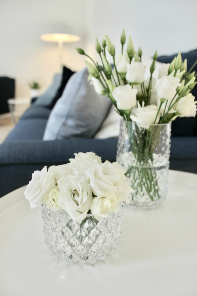 jules-and-louis-blog-airy-pretty-apartment-living-room-white-flowers.jpg