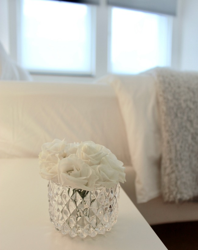 jules-and-louis-blog-close-up-white-flowers-bedroom.jpg