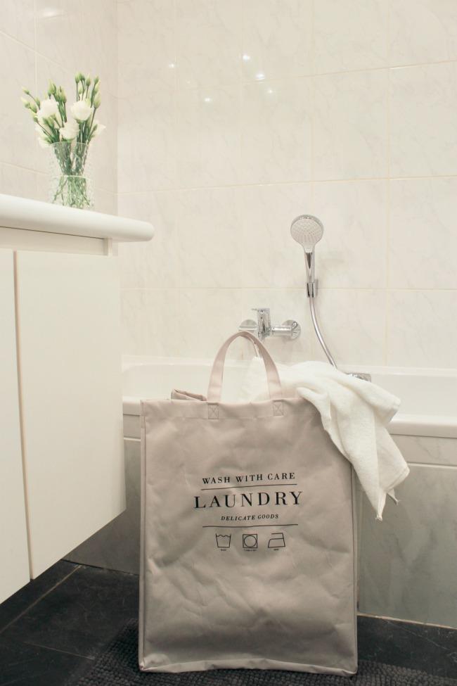 jules-and-louis-blog-bathroom-flowers-laundry-bag.jpg