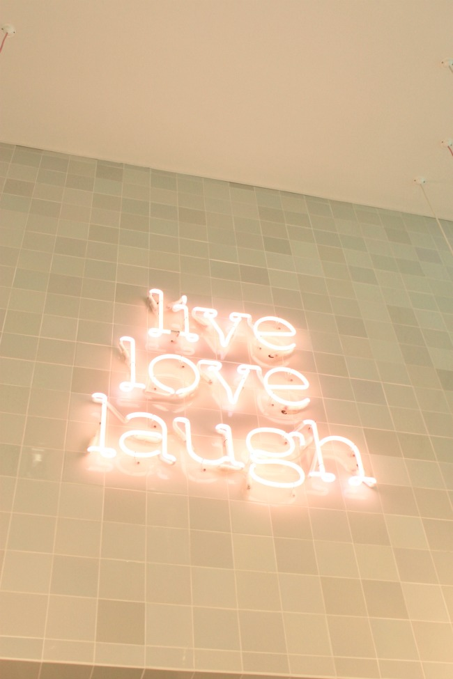 Jules and Louis Blog - Local hotspot in Bruges - Lilola the shop - neon letters on wall.jpg