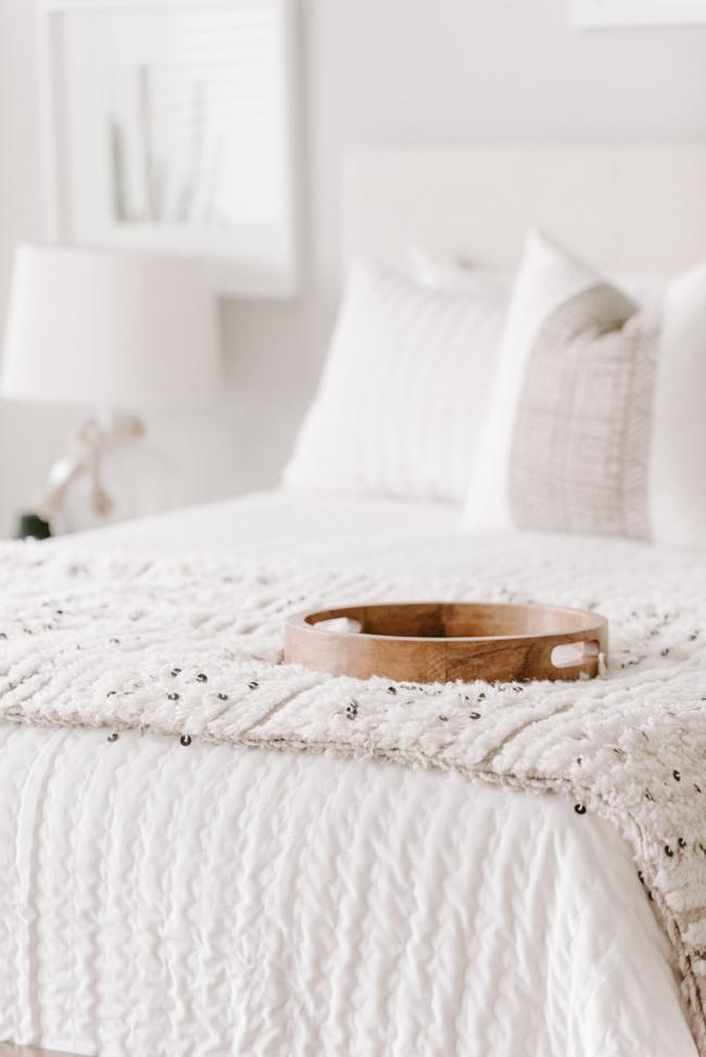 Jules and Louis Blog - 4 tips voor een knusse slaapkamer - beige slaapkamer met sprei en tray