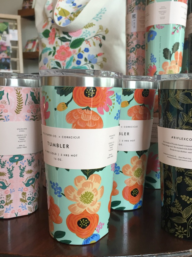 Jules & Louis Blog - Winkelen bij Rifle Paper & Co. in Winterpark Florida - bekers met bloemen.jpg