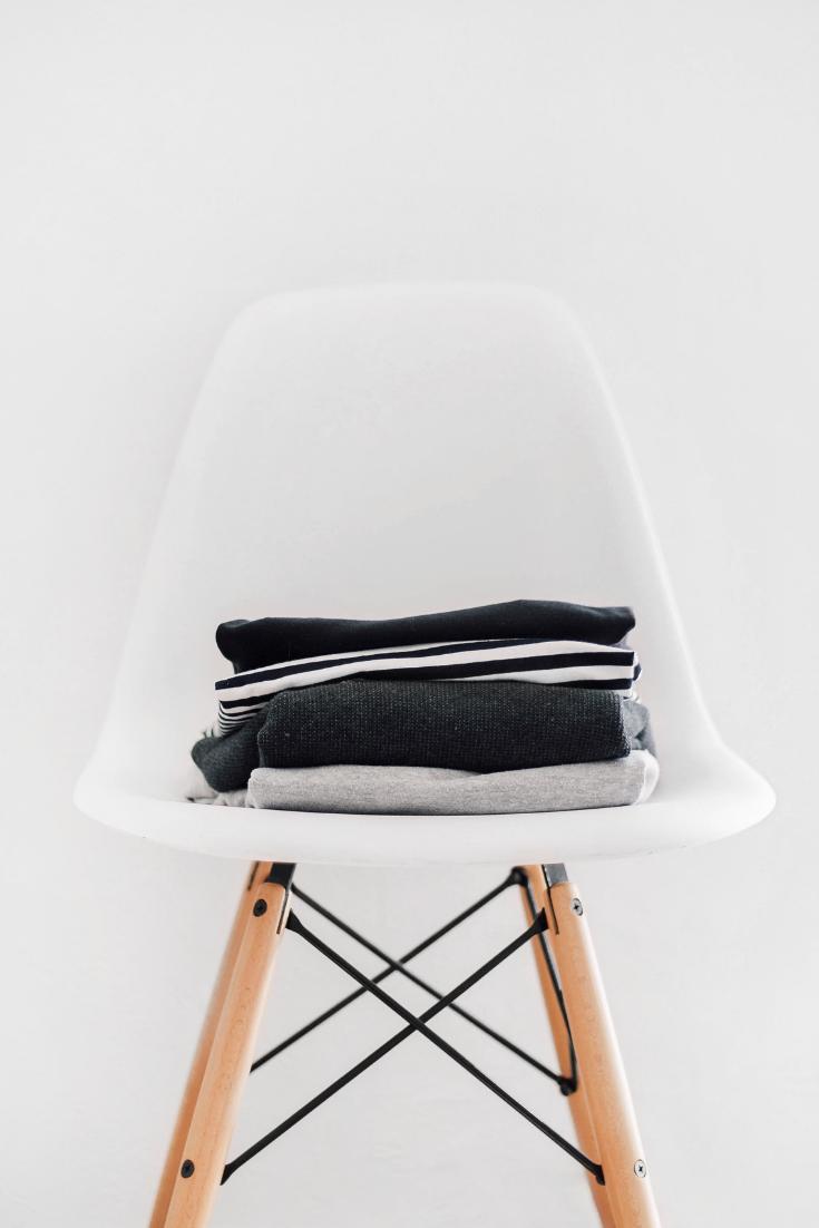 Jules and Louis blog - wat is een capsule wardrobe - stoel met kleding.png